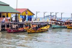 Ilha de Koh Rong, Camboja - 7 de abril de 2018: Opinião do beira-mar com centro e barcos do mergulho Lugar do turista na ilha tro fotos de stock
