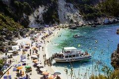 ILHA de LEFKADA, PRAIA de AGIOFILLI, o 29 de agosto de 2016, GRÉCIA - férias de verão fotografia de stock royalty free