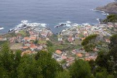 Ilha de Madeira, opinião aérea do moniz de Porto da cidade, casas e hotéis, litoral com rochas e hortaliças bonitas imagens de stock royalty free
