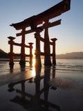 Ilha de Miyajima da porta de Torii em Japão no por do sol imagens de stock royalty free
