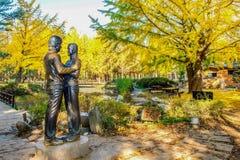 ILHA DE NAMI, COREIA - 25 DE OUTUBRO: A estátua e os turistas que tomam a foto imagem de stock royalty free