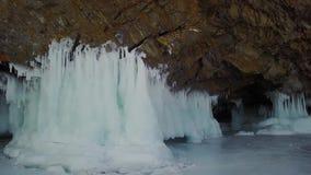Ilha de Olkhon da caverna de gelo do inverno no Lago Baikal em um mar pequeno, fotografia aérea filme