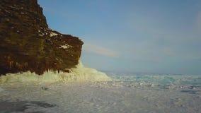 Ilha de Olkhon da rocha do gelo do inverno no Lago Baikal em um mar pequeno, fotografia aérea vídeos de arquivo