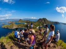 Ilha de Padar, Indonésia - 3 de abril de 2018: O grupo de turistas toma a foto na vista famosa na ilha de Padar imagem de stock royalty free