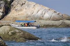 ILHA DE PANGKOR, MALÁSIA - 17 DE DEZEMBRO DE 2017: turista que aprecia atividades e retorno da praia da ilha que espera pelo barc Fotos de Stock Royalty Free