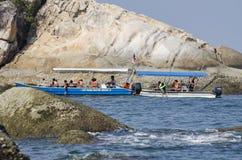 ILHA DE PANGKOR, MALÁSIA - 17 DE DEZEMBRO DE 2017: turista que aprecia atividades e retorno da praia da ilha que espera pelo barc Imagens de Stock Royalty Free
