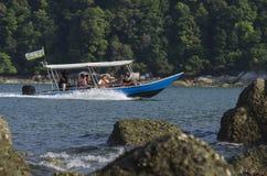 ILHA DE PANGKOR, MALÁSIA - 17 DE DEZEMBRO DE 2017: turista que aprecia atividades e retorno da praia da ilha que espera pelo barc Foto de Stock