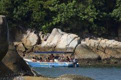 ILHA DE PANGKOR, MALÁSIA - 17 DE DEZEMBRO DE 2017: turista que aprecia atividades e retorno da praia da ilha que espera pelo barc Foto de Stock Royalty Free
