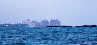 Ilha de Paradise de um barco no oceano fotografia de stock