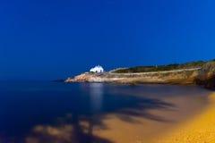 Ilha de Paros em Grécia Igreja de Pirgaki durante a hora azul Imagem de Stock Royalty Free