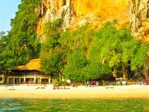 Ilha de Railay, Tailândia - 1º de fevereiro de 2010: Paisagem tropical Praia de Railay, krabi, Tailândia Foto de Stock Royalty Free
