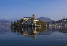 A ilha de San Giulio no lago Orta na frente de Orta San Giulio Imagem de Stock Royalty Free