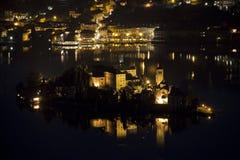 A ilha de San Giulio no lago Orta na frente de Orta San Giulio Imagens de Stock