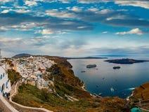 Ilha de Santorini da vista panorâmica em Grécia, um dos destinos os mais bonitos do curso do mundo Tiro em Thira fotos de stock