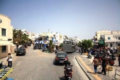 Ilha de Santorini, Grécia - 20 de maio de 2013: Estrada transversaa com tráfego e povos imagens de stock