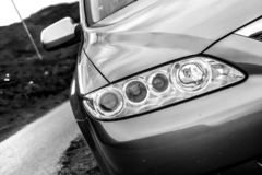 Ilha de Skye, Escócia, em março de 2012: Propriedade 2005 de Mazda 6 - motor de gasolina eterno japonês, problemas com corrosão d fotografia de stock royalty free