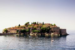 A ilha de Sveti Stefan europa montenegro imagem de stock