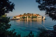 Ilha de Sveti Stefan Sveti Stephan no mar de adriático no verão Imagem de Stock Royalty Free