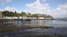 Ilha de Tobermory da cidade pequena britânica Mull Escócia na bandeja bonita interna escocesa do dia de mola de Hebrides video estoque