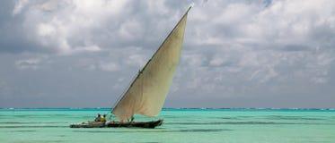 Ilha de Zanzibar mim - Oceano Índico e dhow fotografia de stock royalty free