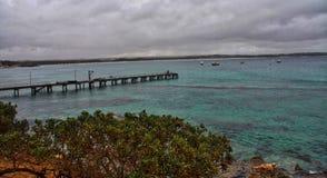 Ilha do canguru com passagem para fora na água fotos de stock royalty free