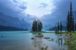 Ilha do espírito nas Montanhas Rochosas canadenses Fotos de Stock Royalty Free