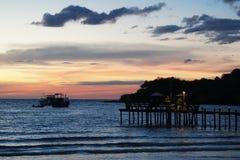 Ilha do kood do Koh, trat, por do sol da praia de Tailândia, porto, ponte, barco imagens de stock