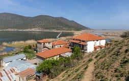 A ilha do lago de Agios Achillios no lago pequeno Prespa, Macedônia, Grécia foto de stock