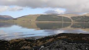 Ilha do Loch bonito BRITÂNICO Scridain Mull Escócia com vista bandeja às montanhas de Ben More e de Glen More video estoque