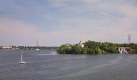 Ilha do monastério no rio de Dnieper fotografia de stock