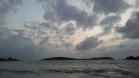Ilha do Na Thian de Ko vista de Koh Samui Island durante o nascer do sol no dia nebuloso em Tailândia Foto de Stock