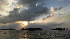 Ilha do Na Thian de Ko vista de Koh Samui Island durante o nascer do sol no dia nebuloso em Tailândia Foto de Stock Royalty Free