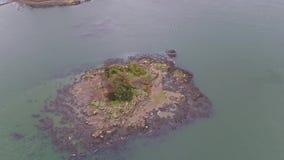 Ilha do pássaro e da igreja com a ponte de Menai e os passos na ilha do por do sol de Anglesey Gales norte vídeos de arquivo