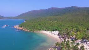 Ilha do paraíso com uma praia limpa vídeos de arquivo