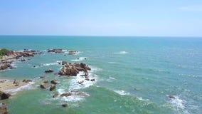 Ilha do penhasco no mar azul e em espirrar a paisagem das ondas de água do zangão de voo Ilha rochosa na água azul do oceano e vídeos de arquivo
