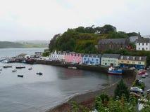 A ilha do porto de Portree de Skye, Escócia fotos de stock