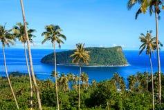 Ilha do utele do NU 'do anel vulcânico do tufo em águas azuis profundas do Pac fotos de stock royalty free
