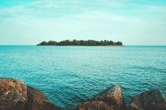Ilha do verão com floresta verde, céu azul, água nas pedras grandes da costa de mar Báltico Opinião da paisagem o golfo de Fotografia de Stock