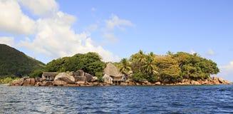 A ilha e o hotel Chauve Souris batem no indiano Fotografia de Stock Royalty Free