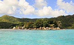 A ilha e o hotel Chauve Souris batem no Oceano Índico Fotografia de Stock Royalty Free