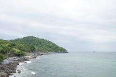 A ilha e o mar nos dias nebulosos imagem de stock