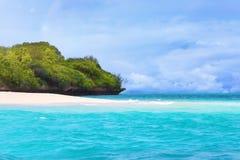 Ilha e oceano tropicais de turquesa fotografia de stock