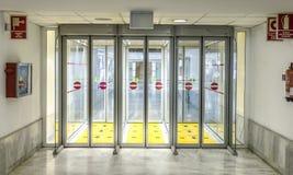 Ilha e porta vazias na área da chegada no aeroporto em Arreci Fotos de Stock Royalty Free