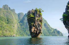 Ilha em Phuket, Tailândia. Formulário da rocha da geologia da ilha de James Bond Imagens de Stock Royalty Free