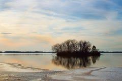 Ilha em um lago parcialmente congelado fotografia de stock royalty free