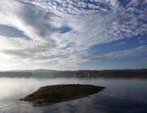 Ilha escondida em Solina Lake imagens de stock