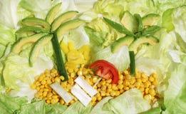 Ilha fresca selvagem ensolarada da salada do ver?o com as cebolas amarelas da paprika e da mola do milho dos tomates dos abacates imagens de stock royalty free