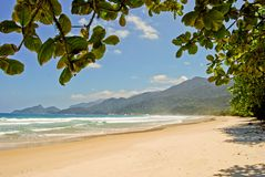 Ilha grand : Le Praia de plage sautille des mendes, état de Rio de Janeiro, Brésil image stock