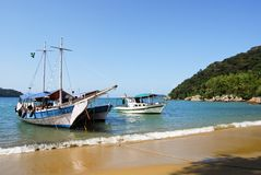 Ilha Grande: Żaglówka przy linią brzegową blisko Praia Lopes Mendes, Rio De Janeiro stan, Brazylia Zdjęcie Stock