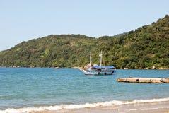 Ilha Grande: Żaglówka przy linią brzegową blisko Praia Lopes Mendes, Rio De Janeiro stan, Brazylia Obrazy Royalty Free